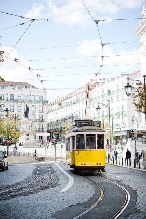 L'inconfusible tramvia groc recorre la part antiga de Lisboa, capital d'un dels països europeus que creix més ràpidament