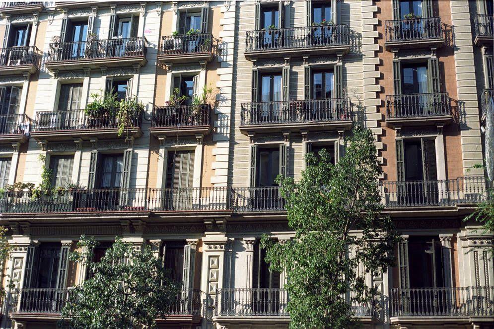 qui compra els pisos a barcelona