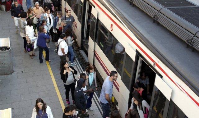 Usuaris pujant a un tren a l'estació de Renfe de Cornellà de Llobregat
