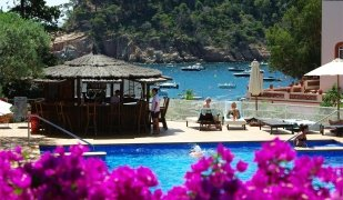 Clients a la piscina de l'Hotel Aigua Blava de Begur