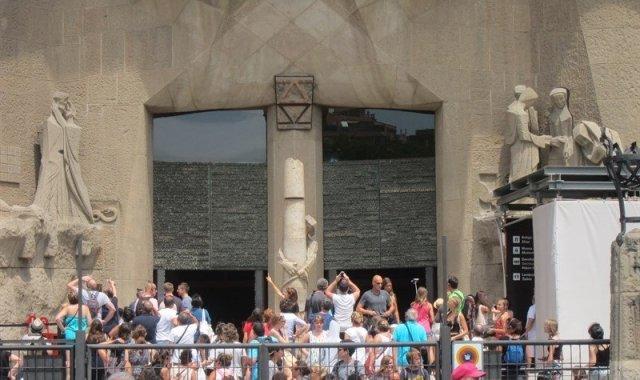 Un grup de turistes visiten la Sagrada Família