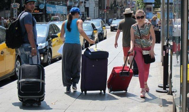 Turistes amb maletes pels carrers de Barcelona