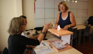 Una persona votant a Girona en les eleccions de 2014