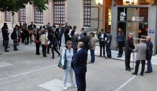 Networking empresarial en finalitzar el debat a l'exterior del Museu