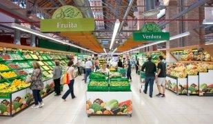 L'interior del supermercat que la cadena Mercadona té al barri de Sants de Barcelona