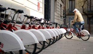 Un usuari de Bicing a Barcelona
