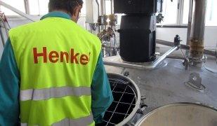 Un operari de Henkel