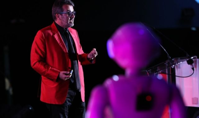 Xavier Sala i Martín shared the stage with robots at the 15th Festibity
