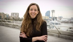 La cofundadora d'HolaLuz, Carlota Pi, a la terrassa de les oficines de l'empresa al Palau de Mar de Barcelona