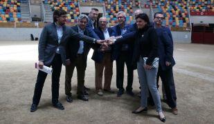 L'alcalde de Tarragona, Josep Fèlix Ballesteros, unint les mans amb membres de la delegació europea que ha visitat Tarragona