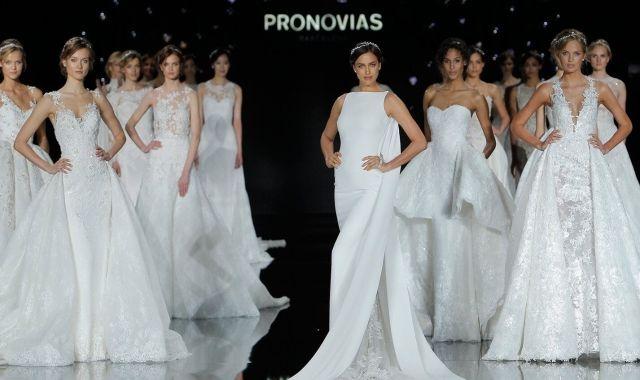 La model Irina Shayk desfilant per Pronovias