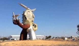 L'home dels avions, escultura de Juan Ripollés a l'aeroport de Castelló