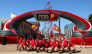 Pla general d'un grup de ball actuant durant la inauguració de Ferrari Land
