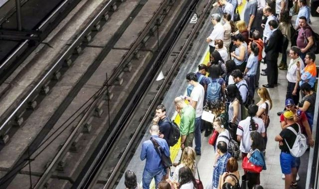 Els passatgers s'acumulen a l'andana d'una estació de Rodalies Renfe