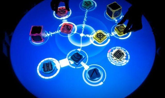 Reactable és una barreja entre taula tàctil i set de Dj