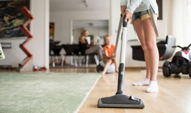 Un 67% del treball domèstic i de cura segueix a càrrec de les dones