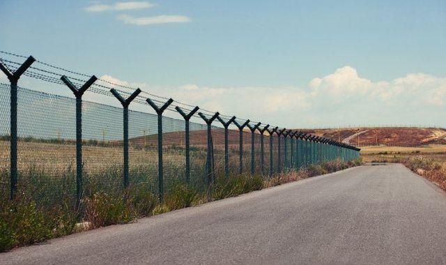 Carretera al costat de la tanca ja existent a Mèxic