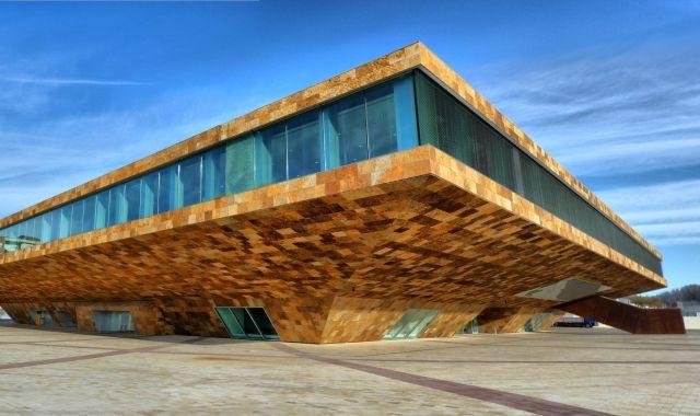 Imatge general de l'entrada de la Llotja de Lleida des de la barana del riu
