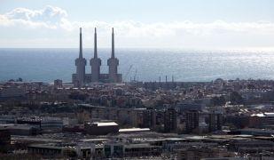Les tres xemeneies són el símbol de Sant Adrià del Besòs, la ciutat més encarida al voltant de Barcelona   Jordi Pujolar (ACN)