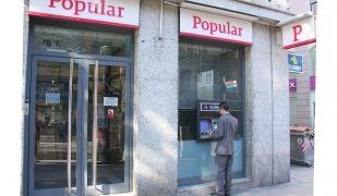 Un home treu diners al Banco Popular