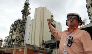 El director de producció de l'àrea química de Repsol a Tarragona, Ramon Nieto, a la renovada planta