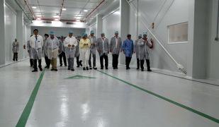 La delegació d'autoritats que han visitat les noves naus d'ampliació de la planta de producció de Jabil Packaging Solutions a Tortosa