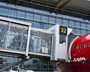 Un fínger permet l'accès dels passatgers a un avió de Norwegian