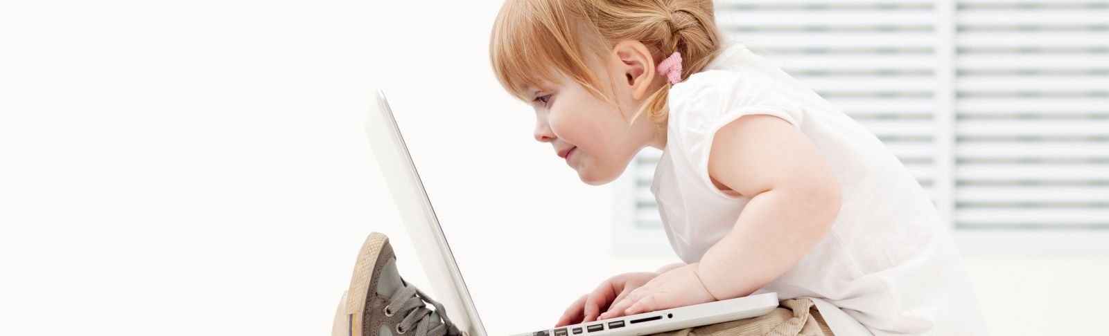 Les eines digitals ja formen part dels recursos educatius | Acistock