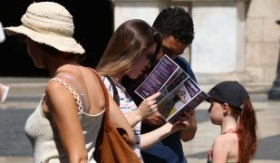Un grup de turistes mirant un fulletó a Barcelona | E. Rosanas (ACN)