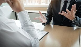 Actuar correctament en una entrevsita de treball dóna punts per aconseguir el lloc de feina