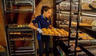 Una treballadora en un forn de la cadena Lidl