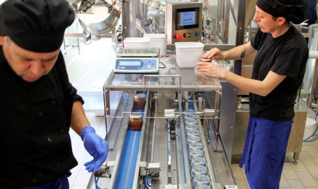 Treballadors de la cooperativa La Fageda al nou obrador | ACN