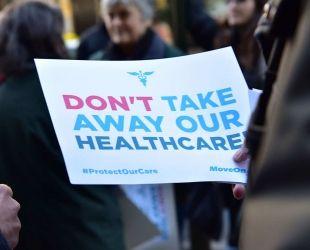 Un cartell demana no retirar l'Obamacare en una manifestació als EUA