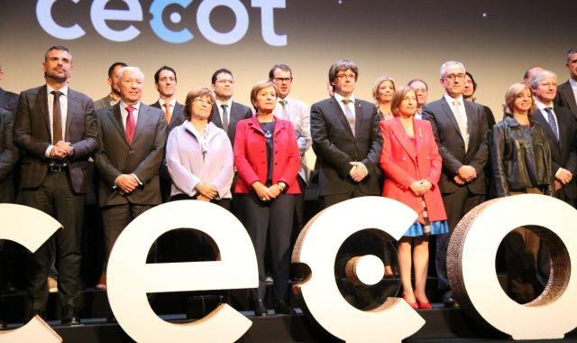El president de la Generalitat, Carles Puigdemont, amb els consellers i el president de Cecot, Antoni Abad, a la 23a Nit de l'Empresari