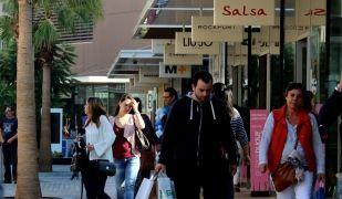 Gent de compres a l'outlet de Viladecans   ACN