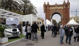 Gent i parades en la 7a edició d'Expoelectric, a l'Arc de Triomf de Barcelona. Expoelectric