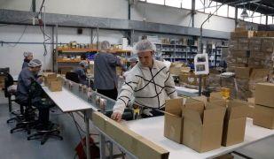Treballadors del Grup Àuria en una de les línies de producció en el sector de la cosmètica | ACN