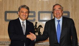 El president de Seat, Luca de Meo, i el president de la CEOE, Juan Rosell, durant la firma de l'acord | EP
