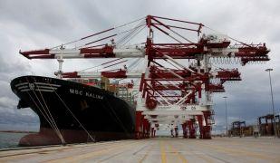 Grues de transport de contenidors al Moll Prat del Port de Barcelona per on es canalitzen una part de les exportacions de l'economia catalana