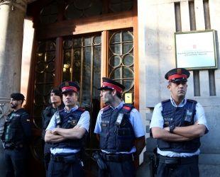 Agents dels Mossos d'Esquadra i la Guàrdia Civil davant la seu del Departament d'Economia i Finances el 20 de setembre de 2017 | E. Rosanas (ACN)
