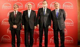 El president del govern espanyol, Mariano Rajoy, flanquejat pel president de Foment del Treball, Joaquim Gay de Montellà; pel president de la CEOE, Juan Rosell, i pel delegat del govern espanyol, Enric Millo