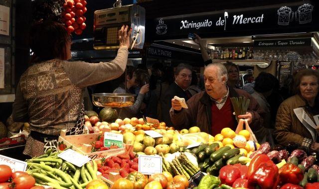 Un client comprant en una parada de fruites i verdures del Mercat Central de Tarragona | ACN